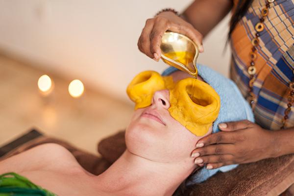 Akshitharpana Behandlung bei Surya Lanka Ayurveda Resort