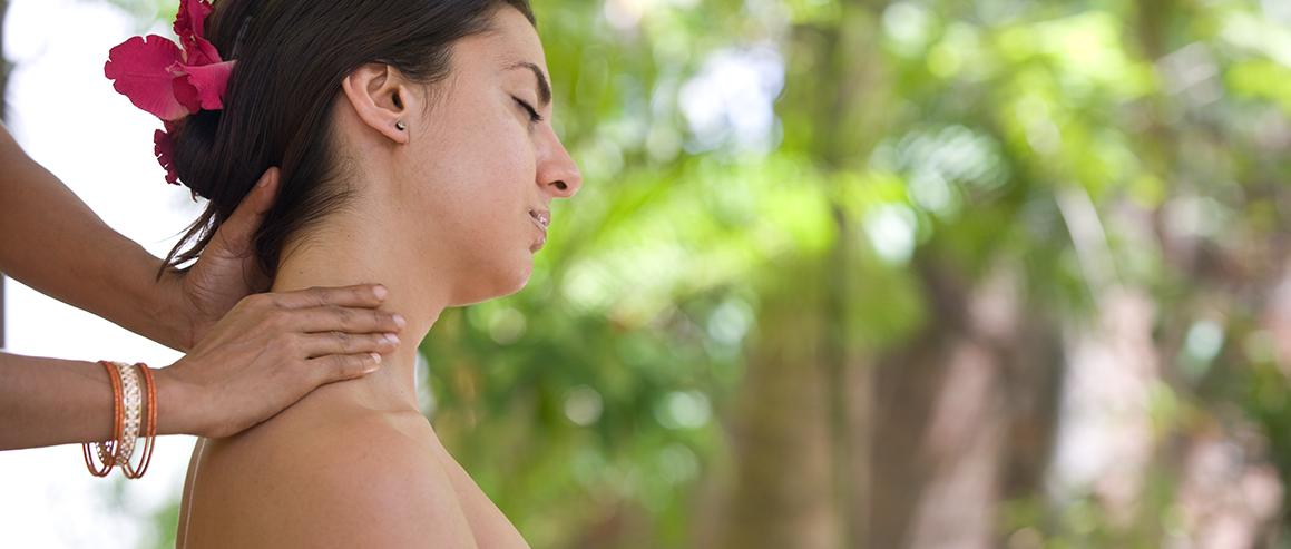 Nackenmassage im Surya Lanka Ayurveda Hotel