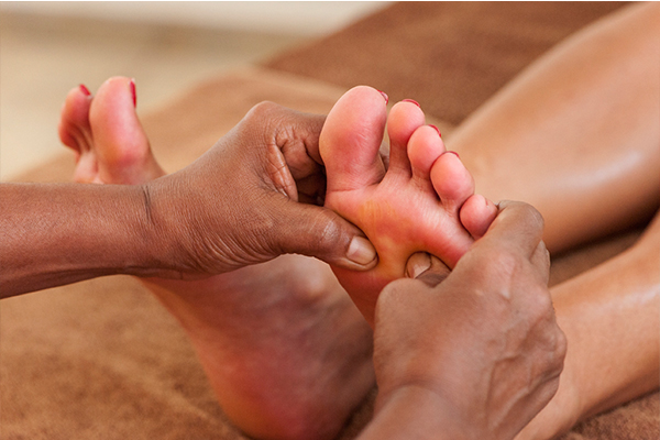 Fußmassage im Surya Lanka Ayurveda Resort