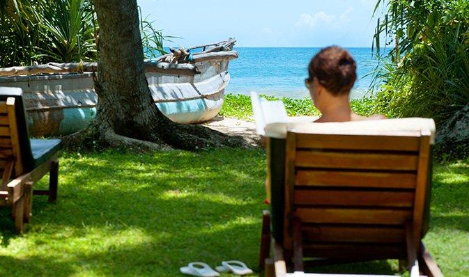 Talalla strand ist ideal für spaziergänge bei sonnenuntergang
